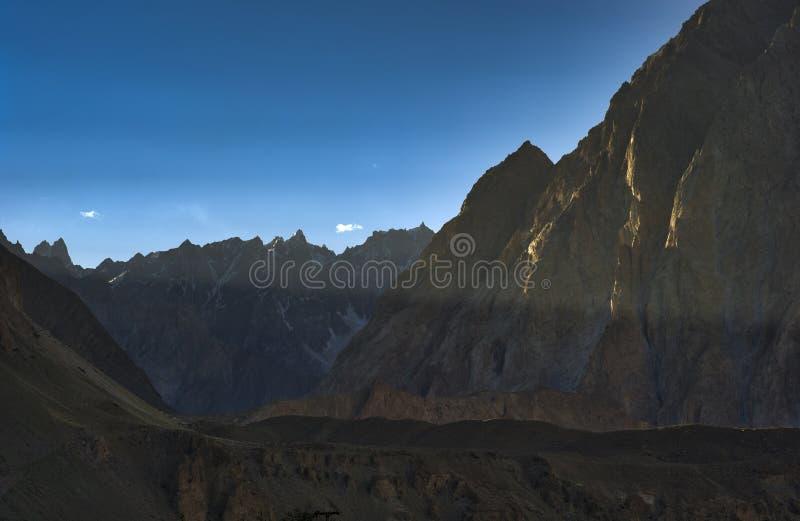 Горный пик собора Passu в ряде Karakoram на заходе солнца стоковые изображения
