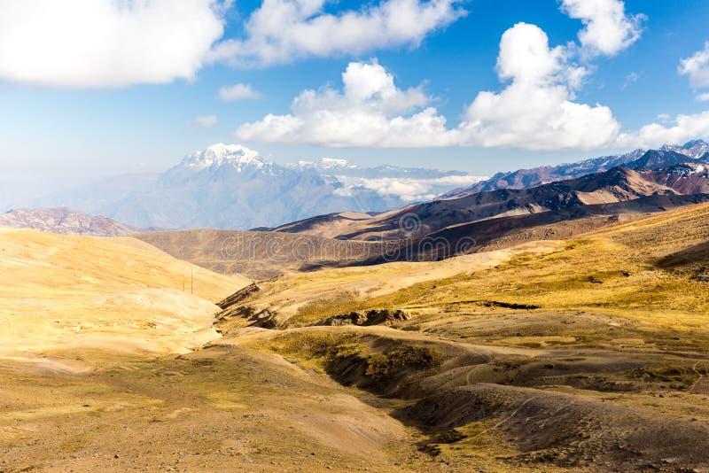 Горный пик Illimani покрыл ландшафт красивую Боливию долины снега стоковая фотография