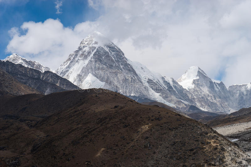 Горный пик Pumori в пасмурном дне, зоне Эвереста, Непале стоковое фото rf