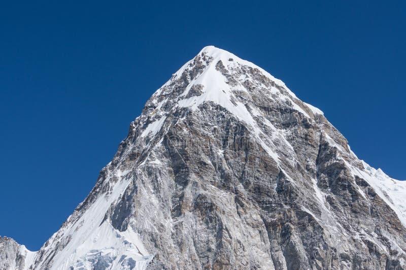 Горный пик Pumori, зона Эвереста стоковые изображения rf