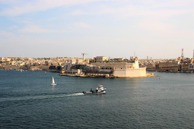 3 города, Мальта, июль 2016 Вид на море известных городов от городищ столицы острова стоковое изображение