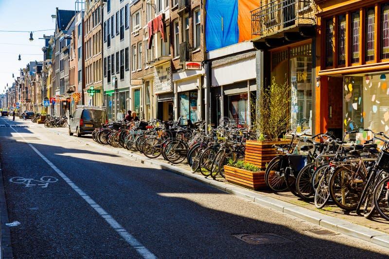 Городок Амстердама старый на солнечное в воскресение утром город медленно приходит к жизни стоковое изображение rf