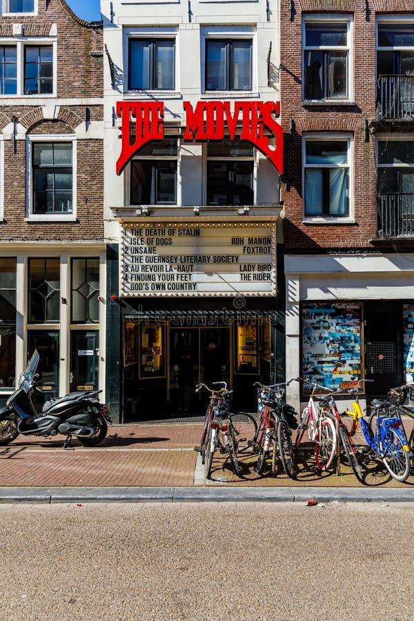 Городок Амстердама старый на солнечное в воскресение утром город медленно приходит к жизни стоковая фотография