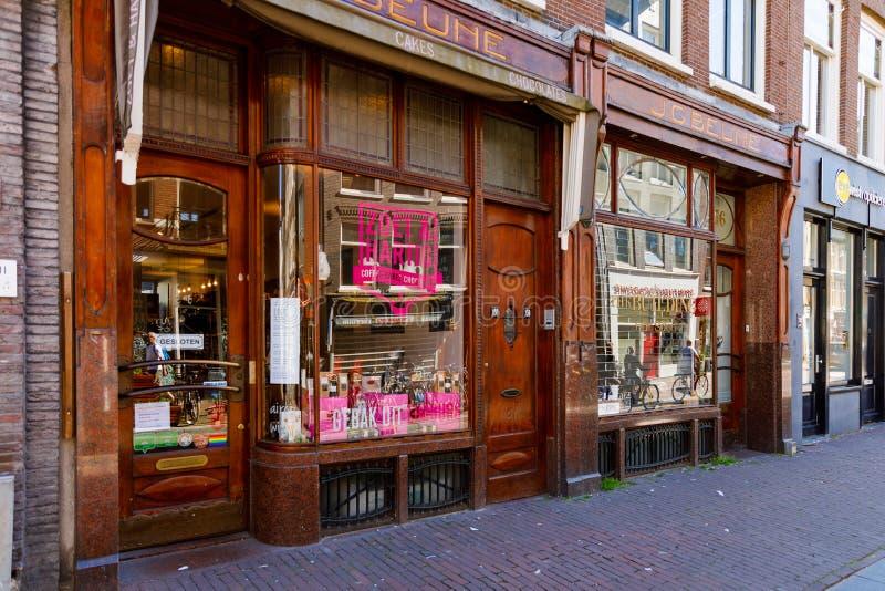 Городок Амстердама старый на солнечное в воскресение утром город медленно приходит к жизни стоковое изображение