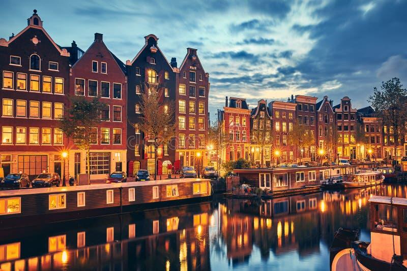 Городок Амстердам вечера в Нидерландах на банке стоковая фотография