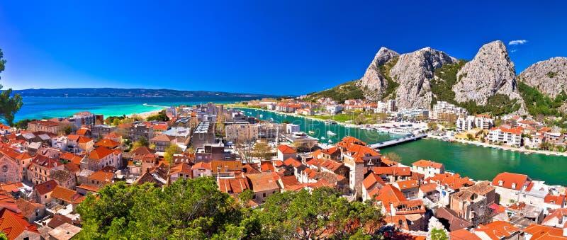 Городок взгляд рта реки Omis и цетины панорамный стоковые фото