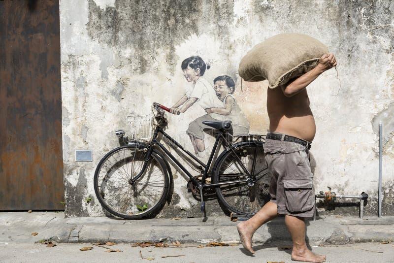 Городок Джордж, Penang, Малайзия, 19-ое декабря 2017: Дети ` маленькие на искусстве улицы ` велосипеда стоковое фото