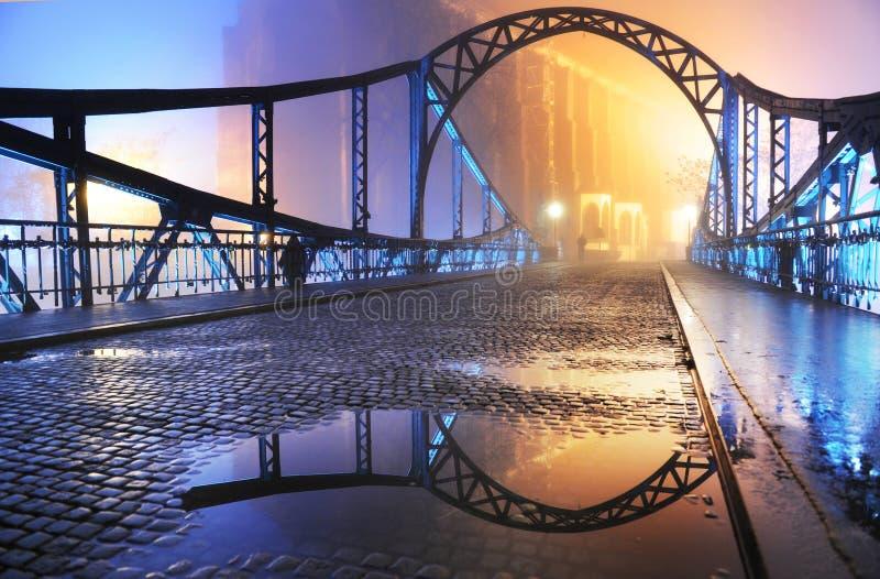 городок ночи моста старый стоковое изображение