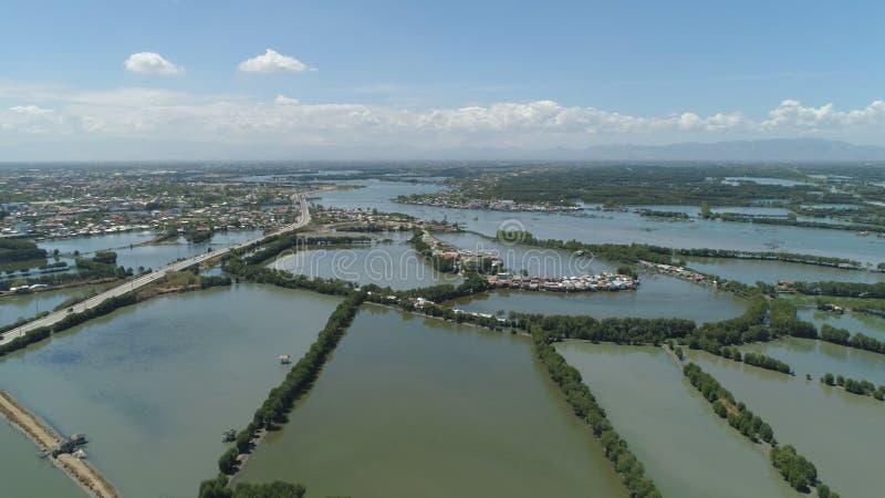 Городок среди воды в мангровах стоковая фотография