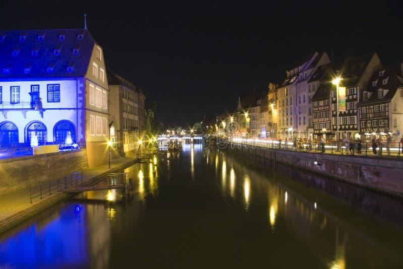городок страсбурга quay ночи моста старый стоковая фотография rf