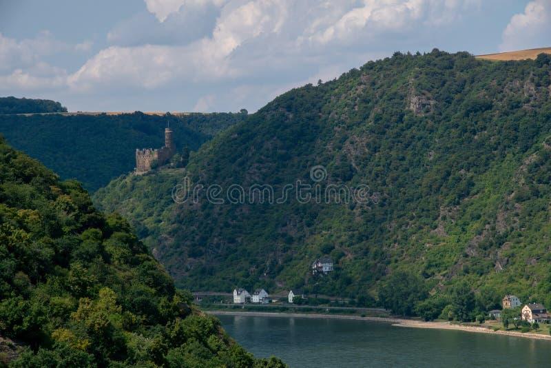 Городок с другой стороны Рейна, Германия Burg Maus и Kaub стоковые фотографии rf