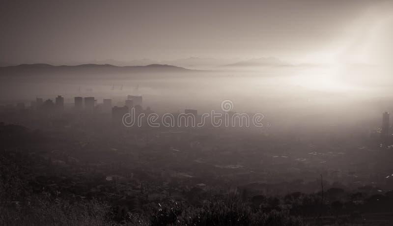 городок утра плащи-накидк туманный стоковое изображение