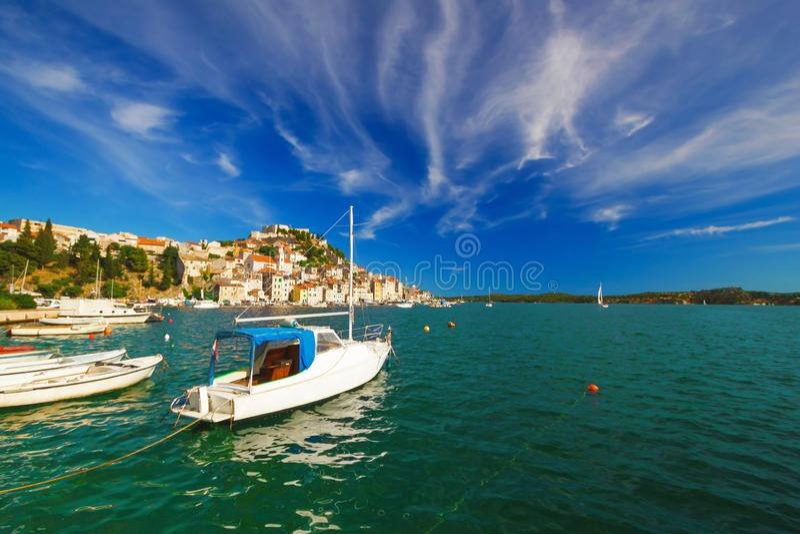 Городок ЮНЕСКО взгляда побережья назначения плавания Sibenik стоковое фото rf
