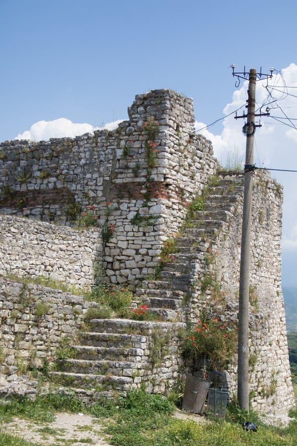 Городок Berat церковь святой троицы старые и река Osum от замка Berat в Албании, июне 2018 стоковая фотография