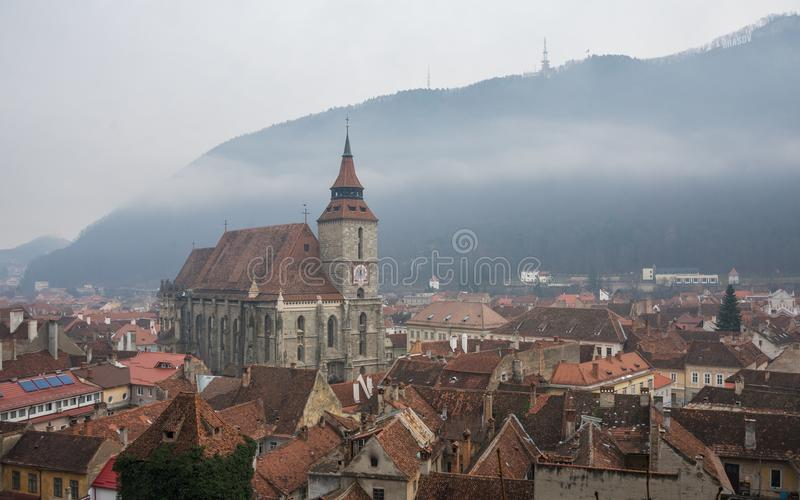 Городок Brasov старый, Румыния в туманном дне стоковое фото