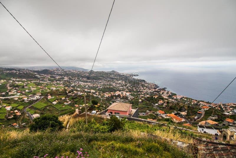 Городок Camara de Lobos в предпосылке перемещения Мадейры Португалии стоковые фотографии rf