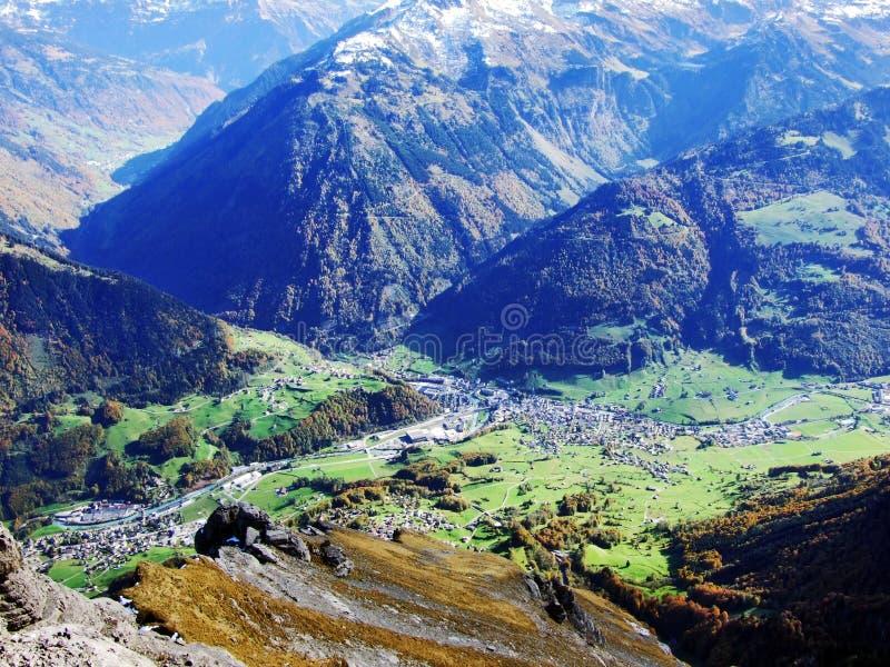 Городок Glarus и поселения Ennenda в высокогорной долине реки Linth стоковая фотография