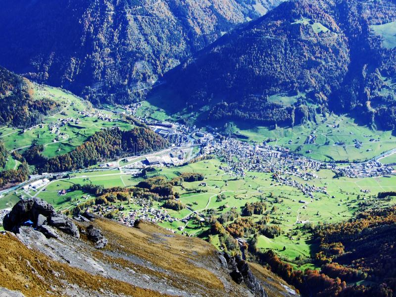 Городок Glarus и поселения Ennenda в высокогорной долине реки Linth стоковые изображения