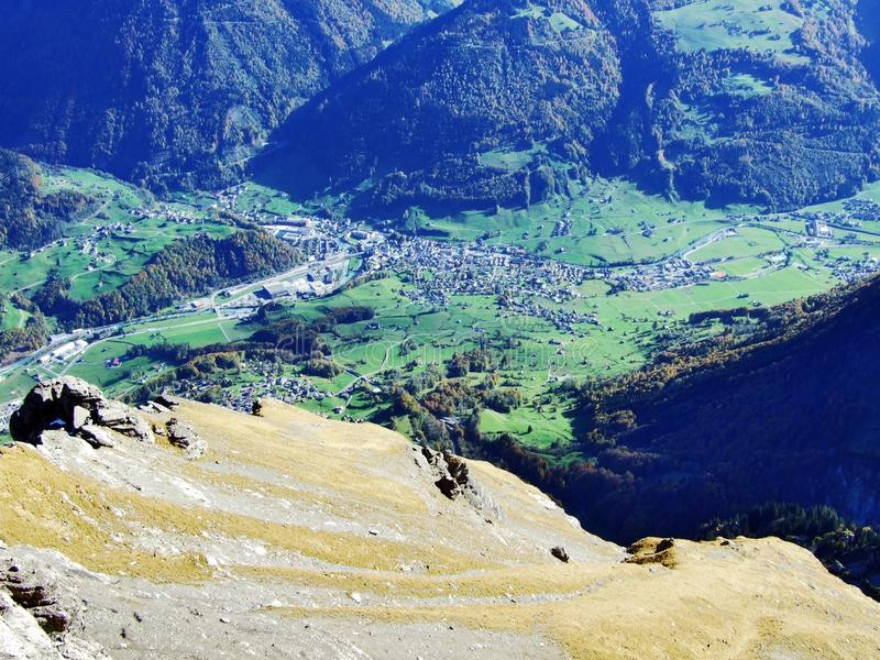 Городок Glarus и поселения Ennenda в высокогорной долине реки Linth стоковые фотографии rf