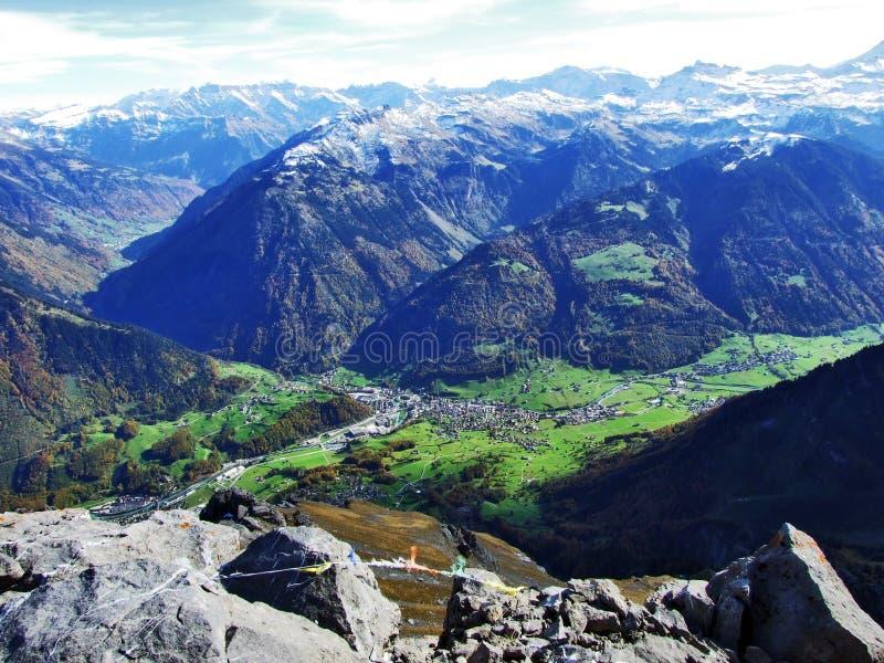 Городок Glarus и поселения Ennenda в высокогорной долине реки Linth стоковое изображение rf