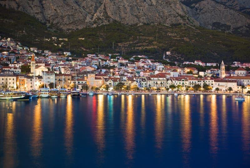 Городок Makarska в Хорватии на ноче стоковые изображения rf