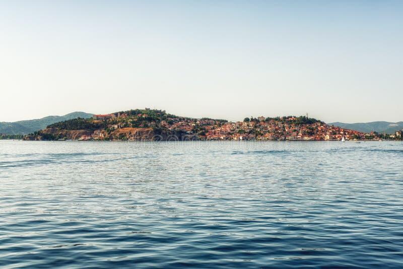 Городок Ohrid старый с озером Ohrid, македонией - панорамой стоковая фотография rf