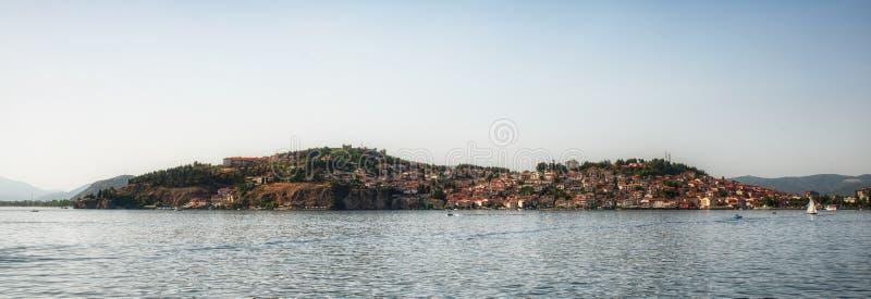 Городок Ohrid старый с озером Ohrid, македонией - панорамой стоковое изображение rf