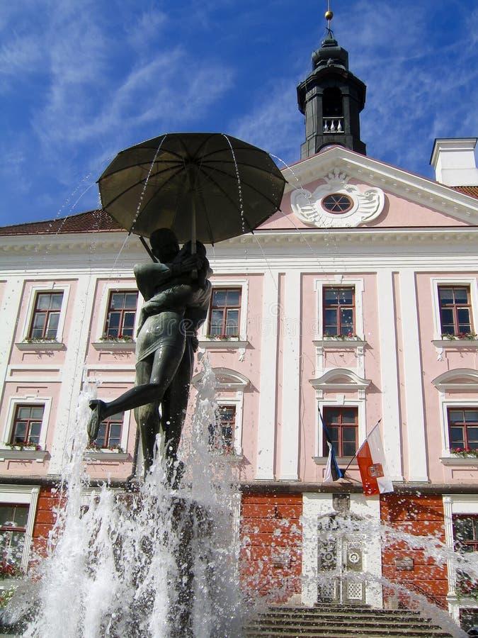 городок tartu студентов залы фонтана целуя стоковое изображение rf