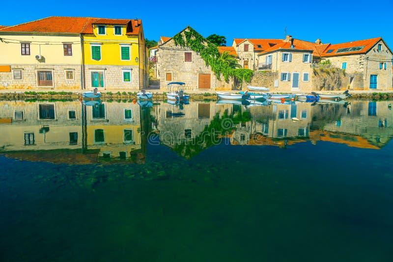 Городок Vrboska старый с каменными домами и рыбацкими лодками, Хорватией стоковая фотография