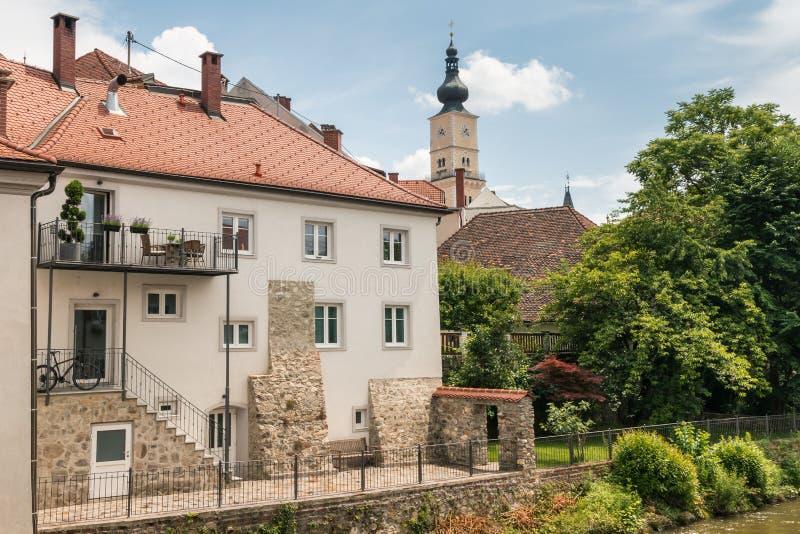 Городок Wolfsberg в более низком Carinthia, с рекой Lavant и церковью St Mark стоковые фотографии rf