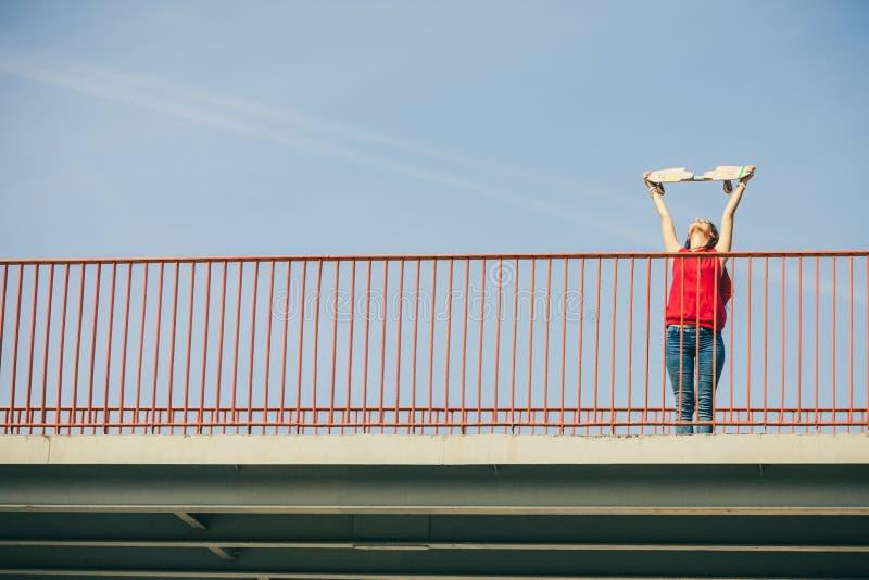 Городская девушка конька с скейтбордом стоковая фотография