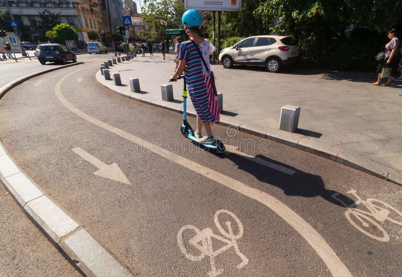 Городская жизнь - бульвар победы - Бухарест, Румыния стоковые фотографии rf