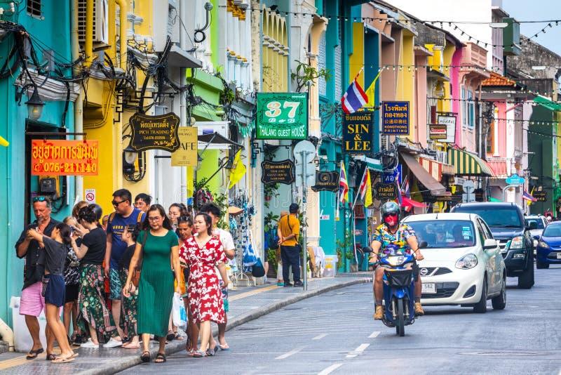 Городская жизнь в историческом центре Пхукета, красочных домов и граждан и туристов стоковая фотография rf