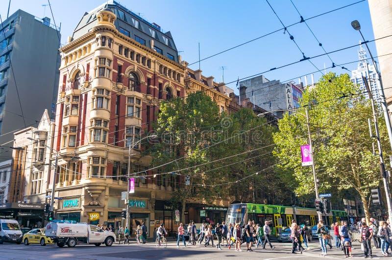 Городская жизнь Мельбурна Люди пересекая улицу Collins стоковое фото rf