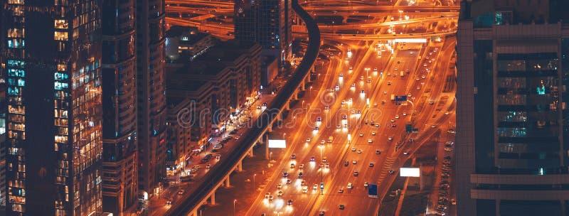 Городская жизнь ночи большие современные город, высотные здания и шоссе города стоковые изображения