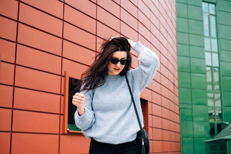Городская концепция стиля Близкий поднимающий вверх портрет модного девочка-подростка в солнечных очках представляя на улице горо стоковые изображения rf