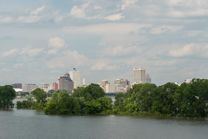 Городская перспектива Мемфиса осмотренная от реки Миссисипи в весеннем времени стоковые фото