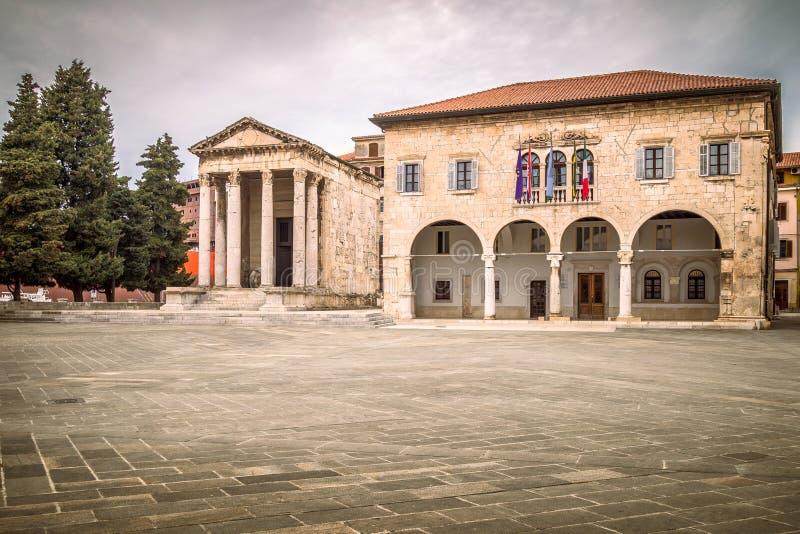 Городская площадь с виском Augustus в пулах, Хорватии стоковое фото rf