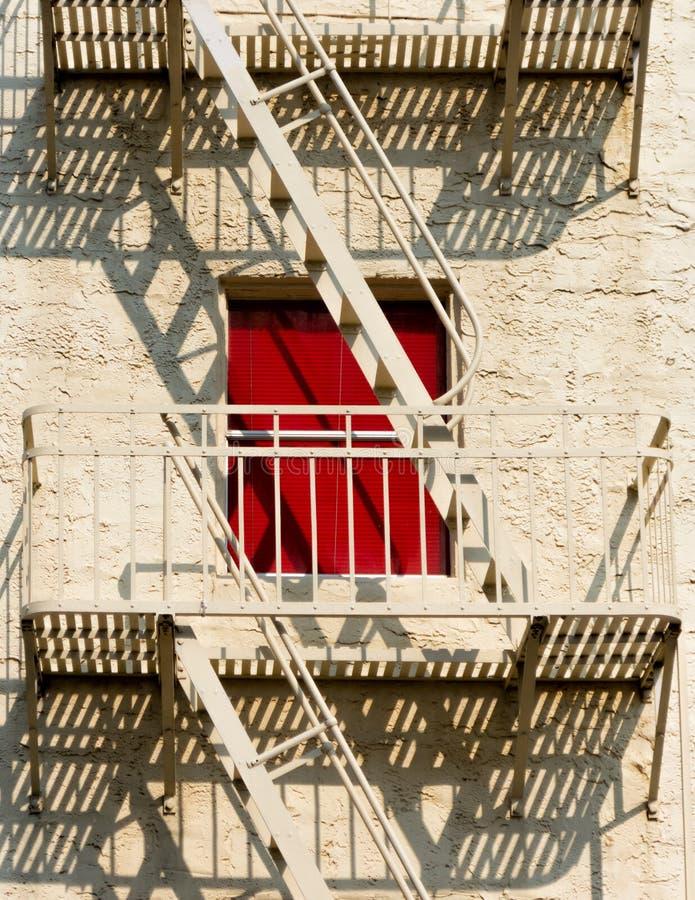 Городская пожарная лестница, красное окно стоковые фотографии rf