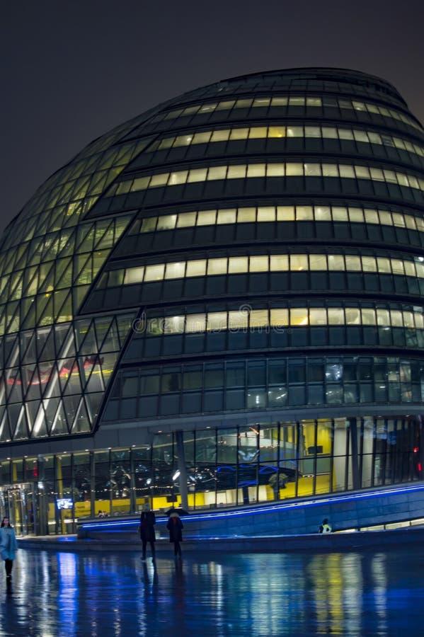 Городская ратуша Лондона загоренная со светами стоковое изображение rf