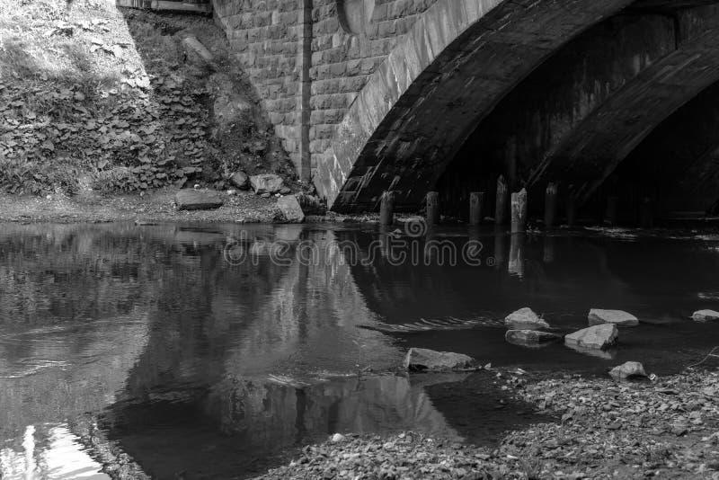 Городская река с фрагментом моста, монохромная фотография стоковые изображения rf
