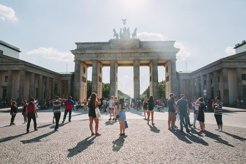 городская сцена с туристами на городской площади и стробе Бранденбурга в Берлине, Германии стоковое изображение