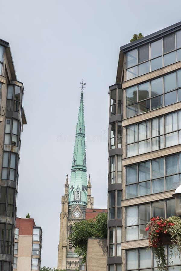 Городская церковь Торонто с современными зданиями стоковые фотографии rf