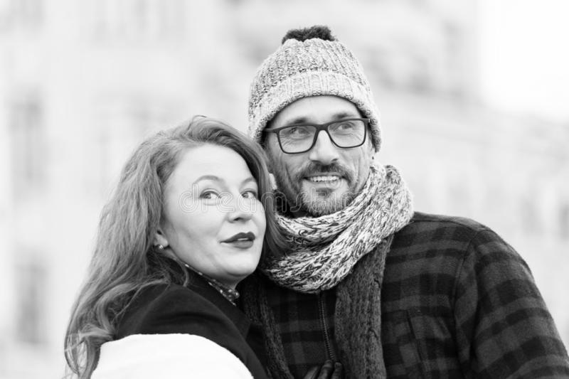 Городские пары смотря в различных сторонах семья счастливая Усмехаясь женщина и человек любят посмотреть вокруг стоковые фото