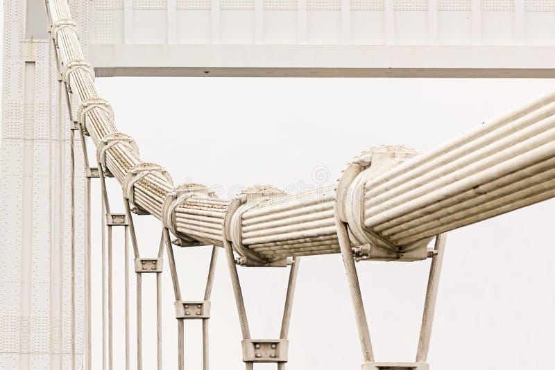 Городские промышленные дизайны моста накладных расходов утюга предпосылки верхние высокие в линиях кабелях помоха неба серых стоковое изображение rf