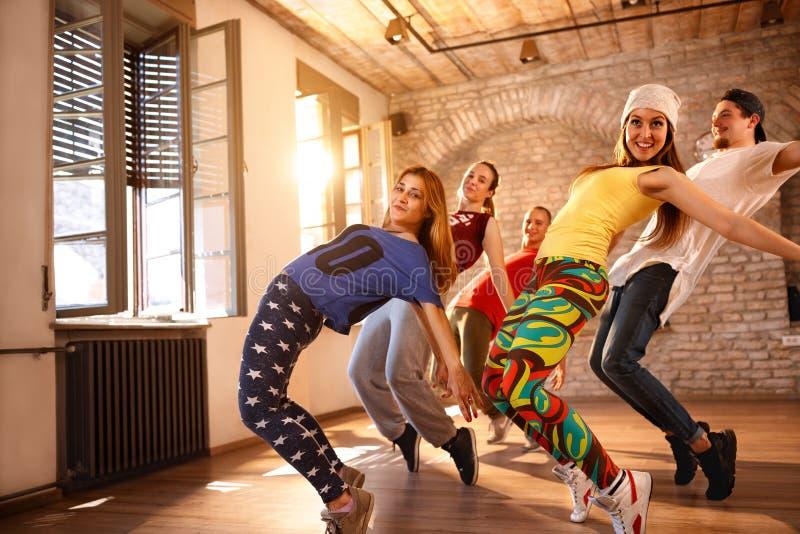 Городские танцы группы танцоров стоковые фотографии rf