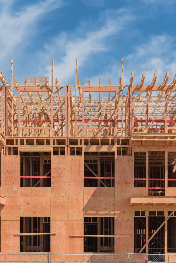 Городское современное жилое здание с патио строится возле Далласа, Техас стоковое фото rf