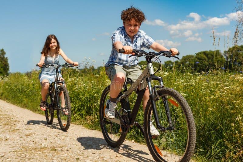 Городской велосипед - дети ехать велосипеды стоковая фотография rf