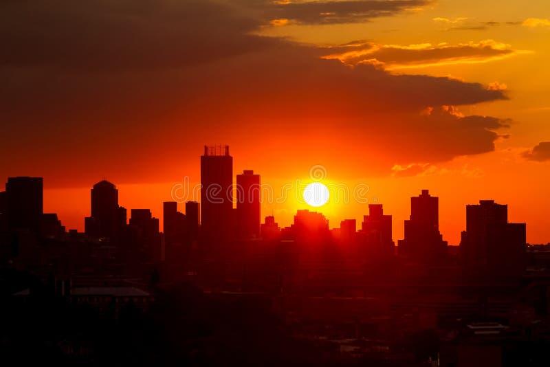 Городской взгляд ландшафта города зданий подъема Silhouetted высоких на стоковая фотография