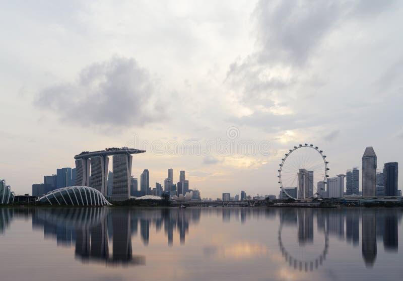 Городской город Сингапура в зоне залива Марины с отражением fina стоковые фото
